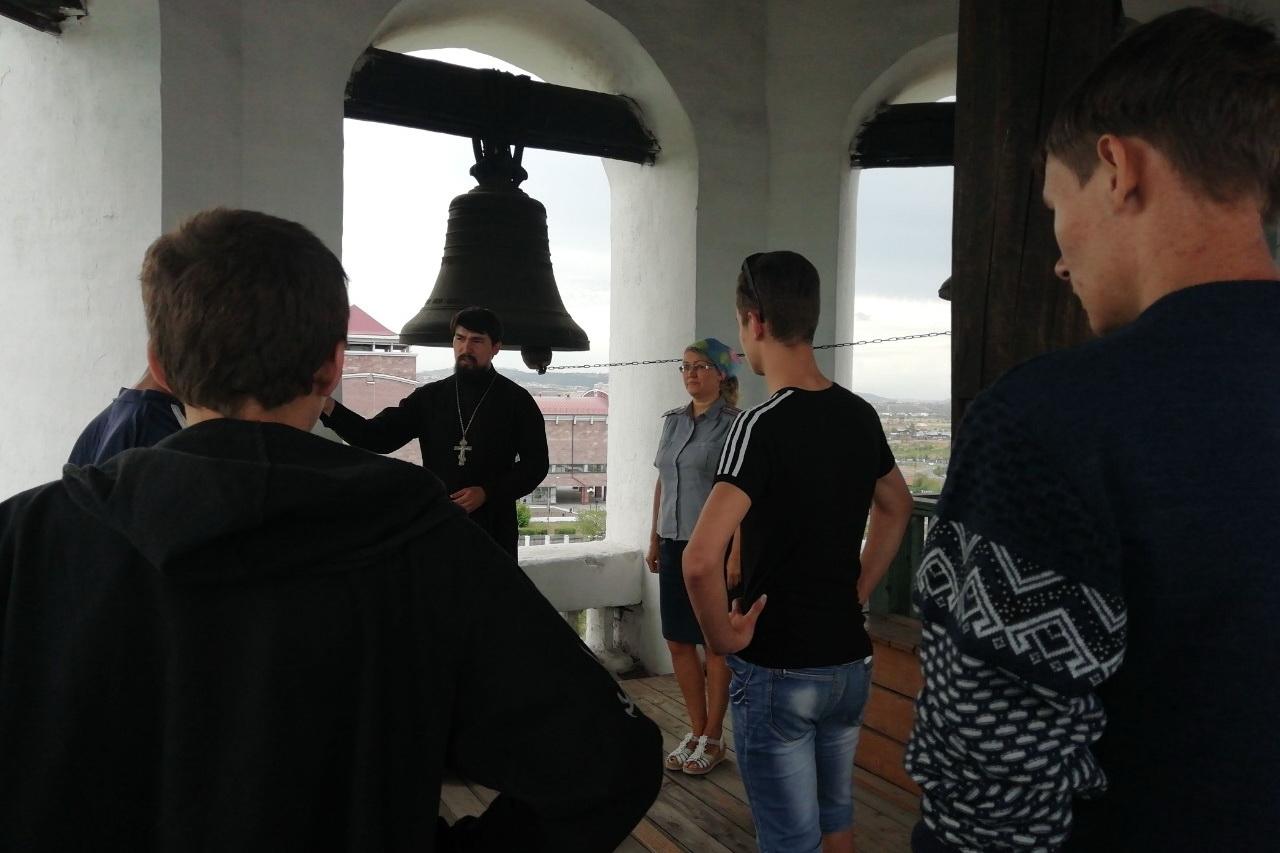 Несовершеннолетние, состоящие на учете в уголовно-исполнительной инспекции, посетили Свято-Троицкий храм